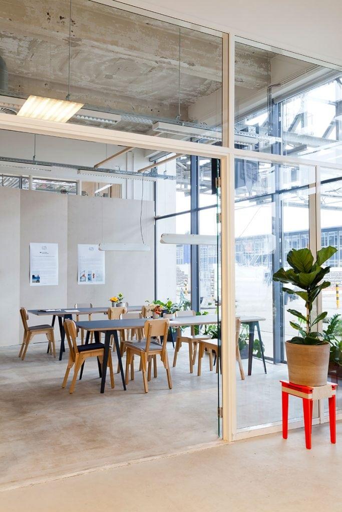 s chair trestle table long shade ingewikkeld in dutch design week business lounge by vij5 foto door vij5